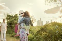 Morföräldrar och barn Fotografering för Bildbyråer