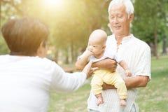 Morföräldrar och barnbarn Arkivfoto