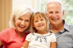 Morföräldrar och barnbarn royaltyfria foton