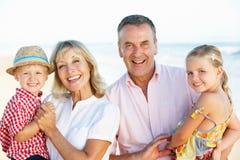Morföräldrar och barnbarn på ferie Arkivbild