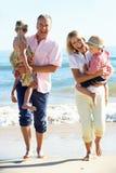 Morföräldrar och barnbarn på strand Royaltyfria Foton