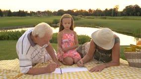 Morföräldrar och sondotter som tillsammans drar arkivfilmer