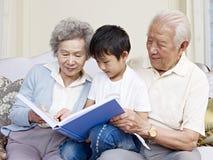 Morföräldrar och sonson Royaltyfria Foton