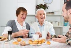 Morföräldrar och sonsonfrukost Arkivbild