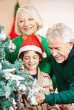 Morföräldrar som dekorerar jul Royaltyfri Foto