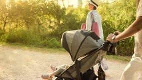 Morföräldrar som skjuter sittvagnen arkivbilder