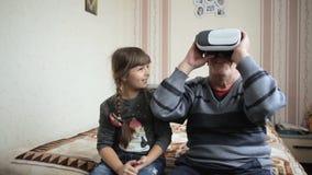 Morfadern framkallar en ny teknik - virtuell verklighet stock video