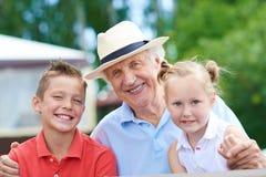 Morfar med barn Arkivbild