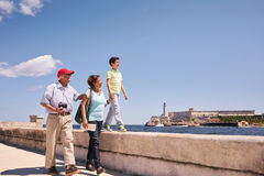 Morföräldersonsonfamilj på ferier i Havana Cuba Arkivbilder
