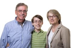Morföräldrar med den tonårs- sonsonen Arkivbild