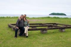 Morföräldrar med sonsonen vid havet. Arkivfoton