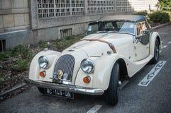 Morgan plus acht - de Britse open tweepersoonsauto parkeerde in de straat Royalty-vrije Stock Foto's