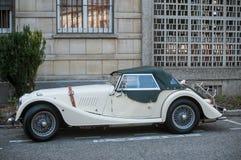 Morgan plus acht - der britische offene Tourenwagen parkte in der Straße Lizenzfreies Stockfoto