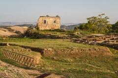 Morgantina古城的废墟在晚上点燃 库存照片