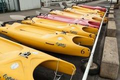 Morgat,法国5月31日2018没有风帆的筏存贮在海滩停放了 免版税图库摄影