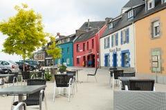 Morgat,法国5月29日2018美丽的景色有历史的传统房子的风景狭窄的胡同和在老拖曳的被修补的街道 库存图片