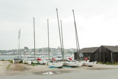 Morgat, αποθήκευση καταμαράν της Γαλλίας στις 29 Μαΐου 2018 χωρίς πανιά που σταθμεύουν στην παραλία Στοκ Εικόνες