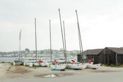 Morgat Frankrike 29 Maj 2018 katamaranlagring without seglar parkerat på stranden arkivbilder