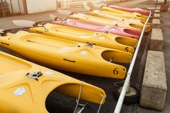 Morgat Frankrike 31 Maj 2018 katamaranlagring without seglar parkerat på stranden royaltyfri fotografi
