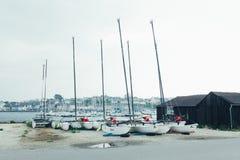 Morgat Frankrike 29 Maj 2018 katamaranlagring without seglar parkerat på stranden royaltyfria bilder