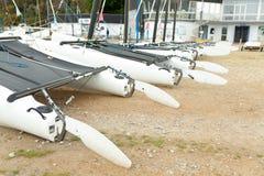 Morgat Frankrike 29 Maj 2018 katamaranlagring without seglar parkerat på stranden arkivfoton