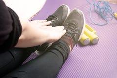 Morgenübung auf einer Yogamatte mit Dummköpfen und einem Springseil, Übung lizenzfreies stockfoto