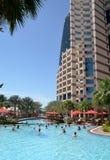 Morgenübung im Pool. Abu Dhabi. Das Vereinigter Arabisch-Emirat Stockfotografie