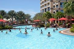 Morgenübung im Pool. Abu Dhabi. Das Vereinigter Arabisch-Emirat Lizenzfreies Stockbild