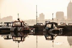 Morgen über dem ruhigen Pier nahe Reihenhäusern stockfotografie
