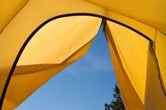 Morgen-Ansicht vom Zelt Lizenzfreie Stockfotos