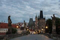 Morgen auf Charles Bridge in Prag - Tschechische Republik lizenzfreie stockfotos