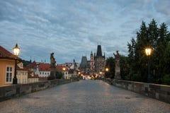 Morgen auf Charles Bridge in Prag - Tschechische Republik stockbilder
