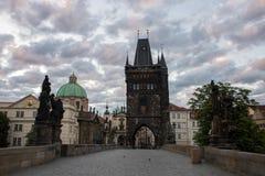 Morgen auf Charles Bridge in Prag - Tschechische Republik stockfoto