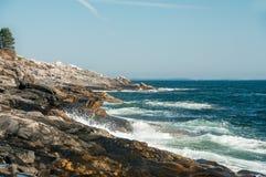 Morgen auf dem atlantischen coastUSA, Maine Schöne steinige Küste Lizenzfreies Stockfoto