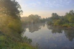 Morgen auf dem Fluss lizenzfreie stockbilder