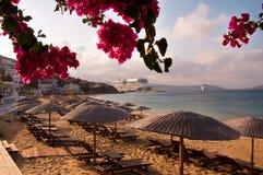 Morgen auf dem Strand mit Regenschirmen und Sonnebetten Lizenzfreies Stockfoto