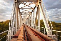 Morgen auf der Eisenbahnbrücke Metallbauten und Natur Lizenzfreie Stockbilder