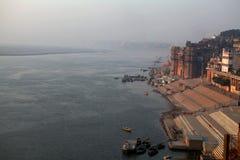 Morgen beim Ganges - Ansicht beim Bhonsale Ghat - Varanasi - Indien Lizenzfreies Stockbild