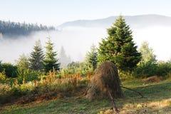 Morgen in den Gebirgshügeln, Landschaftshintergrund Lizenzfreies Stockbild