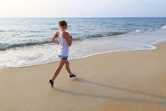 Morgen, der auf dem Strand läuft stockfoto