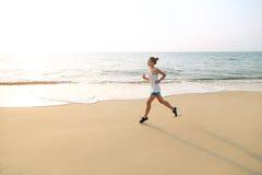 Morgen, der auf dem Strand rüttelt Stockfoto