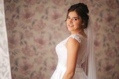 Morgen der jungen Braut Portrait des schönen Mädchens Weißes Hochzeitskleid stockbild