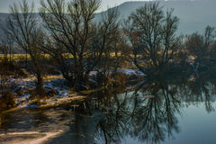 Morgen durch den Fluss lizenzfreies stockfoto