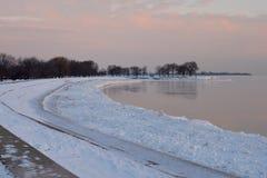 Morgen an einem Snowy-Strand Lizenzfreie Stockfotos