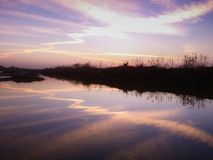 Morgen-Farbreflexion im Fluss stockfotografie