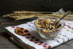Morgen Frühstück und musli in der Schale Stockfotografie