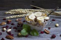Morgen Frühstück und musli in der Schale Lizenzfreies Stockfoto