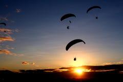 Morgen-Gleitschirmfliegen Stockfotos