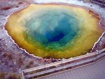 Morgen-Glory Pool-Geysir in Yellowstone Nationalpark lizenzfreie stockfotografie