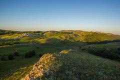 Morgen-grüne Gebirgshügel unter blauem Himmel von Dämmerung lizenzfreie stockfotografie